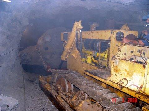 tecniche estrattive in cave e miniere Amethyst__artigas__uruguay__the_digger_machine_working_inside_the_tunnel_765